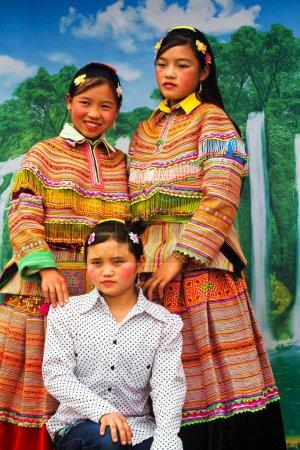 Photo pour BAC HA, VIETNAM - 21 SEPTEMBRE : Femmes non identifiées des minorités ethniques H'mong de Flower au marché le 21 septembre 2012 à Bac Ha, Vietnam. Les H'mong sont le 8ème groupe ethnique du Vietnam. - image libre de droit