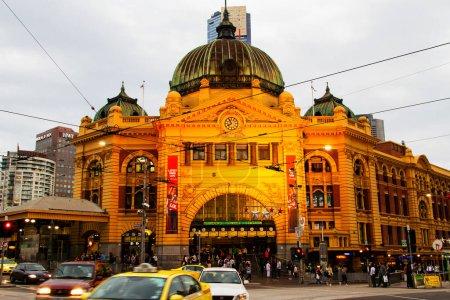 Photo pour Flinders Street Train Station est le plus grand point de repère de Melbourne - image libre de droit