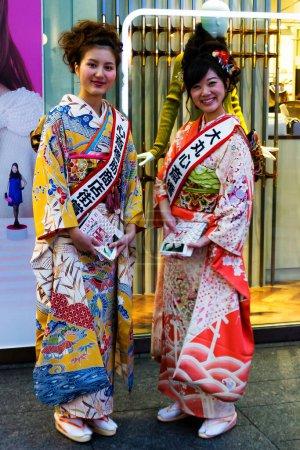 Photo pour KYOTO- JAN 15 : Une paire de filles se déguisent en maiko et geisha traditionnelles le 15 janvier 2013 à Kyoto, au Japon. Il y a environ 2000 geishas au Japon aujourd'hui, préservant les arts et coutumes antiques dans la vie moderne. - image libre de droit