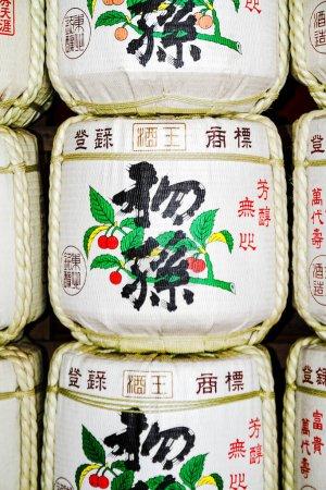 Photo pour NIKKO, JAPON - 15 JANVIER : Fûts de saké au Temple Toshogu le 15 janvier 2013 à Nikko, Japon. Une vieille coutume japonaise est de donner du saké aux temples et aux sanctuaires comme offrande pour les Dieux. - image libre de droit