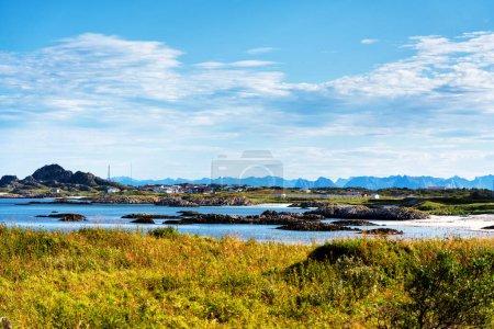 Photo pour Une vue typique sur la baie de Lofoten. Scène sur une belle journée idyllique avec. Les îles Lofoten sont une destination touristique populaire pour les gens du monde entier et gagnent encore en popularité. Norvège, Europe - image libre de droit