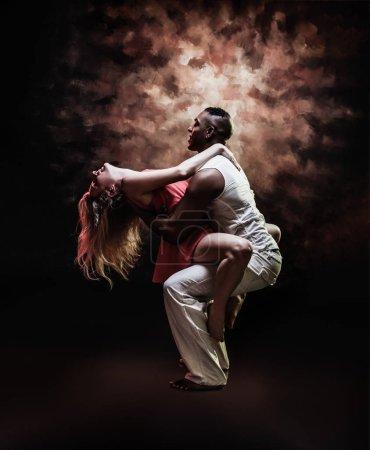 Photo pour Jeune couple sexy danse Salsa Caraïbes. Vintage Style tonique photo - image libre de droit