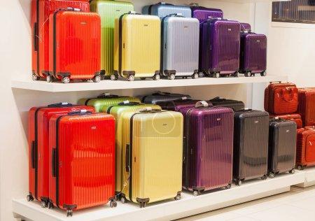 Photo pour Vilnius, Lituanie - 27 avril 2018 : Sacs à bagages métalliques colorés de différentes tailles de style moderne empilés en vente dans un centre commercial à Vilnius, Lituanie - image libre de droit