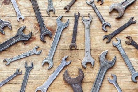 Photo pour Vieilles clés rouillées sur fond en bois, papier peint industriel vue de dessus plat - image libre de droit