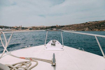 Vues de l'île de l'intérieur d'un bateau avec une corde dans le pont