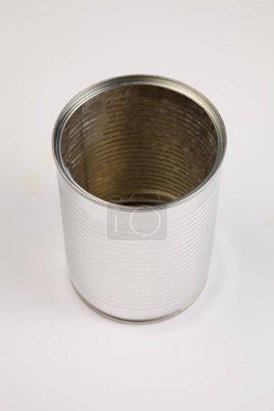 Photo pour Boite vide en aluminium pour recyclage sur fond blanc - image libre de droit