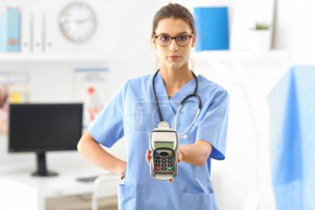 Photo pour Photo de femme médecin debout devant son bureau - image libre de droit
