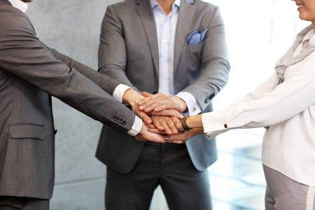 Foto de Grupo de empresarios compartiendo ideas en la oficina moderna - Imagen libre de derechos