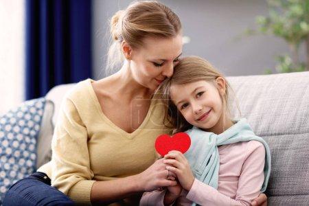 Photo pour Image de belle maman et sa fille s'amuser à la maison - image libre de droit