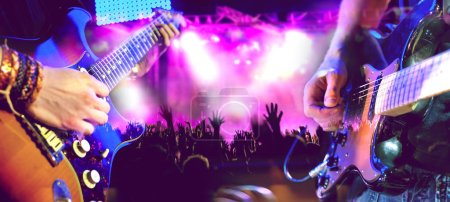Photo pour Concert et musique live. Guitariste et batteur. Événements/divertissements et festival de nuit. Spectacle musical sur scène. Spectacle de musique et des loisirs - image libre de droit