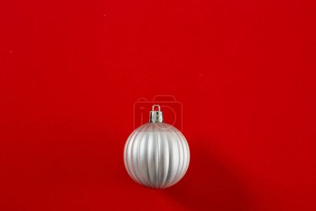 Photo pour Flat lay Silver Christmas Ball on red background, copy space for text - image libre de droit
