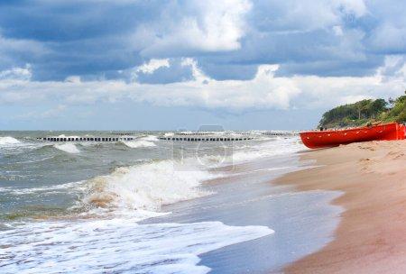 Photo pour Bateau de pêche en bois sur la plage en Pologne. Mer Baltique - image libre de droit