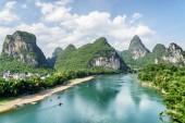 """Постер, картина, фотообои """"Прекрасный вид из ли река Лицзян) (с лазурной водой среди удивительные карстовые горы в Яншо, округ Гуйлинь, Китай. Живописные зеленые холмы на фоне голубого неба. Прекрасный летний пейзаж"""""""