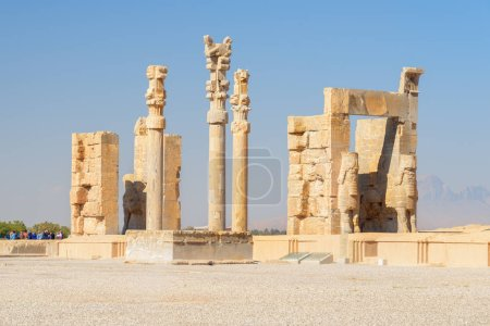 Photo pour Awesome ruins of the Gate of All Nations on blue sky background in Persepolis, Iran. Ancient Persian city. Persepolis is a popular tourist destination of the Middle East. - image libre de droit
