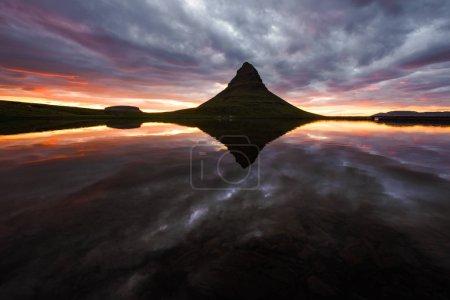 Photo pour Lever de soleil coloré sur la cascade Kirkjufellsfoss. Superbe scène matinale près de Kirkjufell volkano, Islande, Europe . - image libre de droit