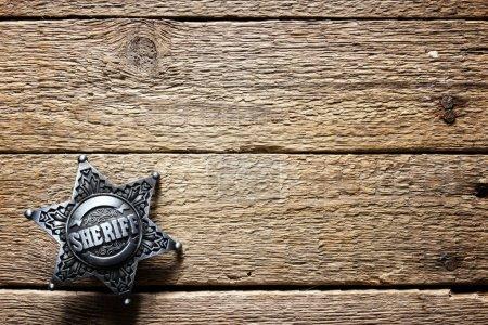 Photo pour Étoile de Sheriff sur table en bois closeup. Fond de notion de droit - image libre de droit