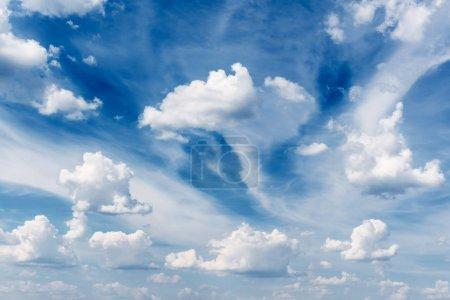 Foto de Fondo de cielo azul con nubes mullidas - Imagen libre de derechos