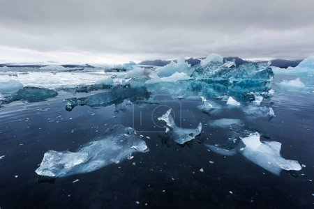 Photo pour Icebergs in Jokulsarlon glaciial lagoon. Parc national de Vatnajokull, sud-est de l'Islande, Europe . - image libre de droit