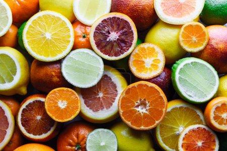 Photo pour Mélange de différents agrumes en gros plan. Une alimentation saine concept de vitamine. Photographie alimentaire - image libre de droit