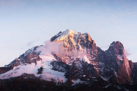 Photo pour Incroyable coucher de soleil coloré sur le sommet de l'Aiguille Verte dans les Alpes françaises. Gamme Monte Bianco, massif du Mont Blank, France. Photographie de paysage - image libre de droit