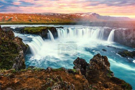 Photo pour Lever de soleil coloré sur la cascade Godafoss sur la rivière Skjalfandafljot, Islande - image libre de droit
