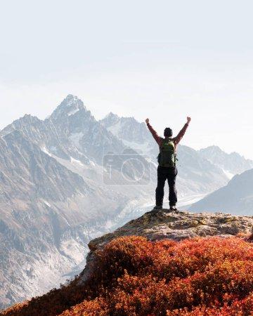 Photo pour Vue imprenable sur la chaîne de montagnes du Monte Bianco avec un touriste au premier plan. Vallon de Berard Nature Preserve, Chamonix, Alpes graïennes. Photographie de paysage - image libre de droit