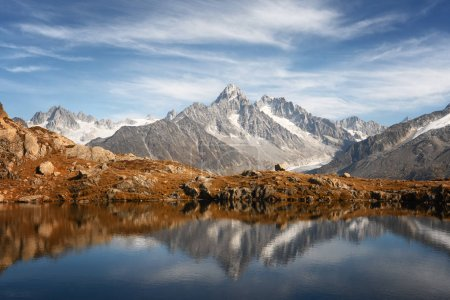 Photo pour Journée ensoleillée sur le lac de Chesery Lac De Cheserys en France Alpes. Monte Bianco chaîne de montagnes sur fond. Vallon de Berard Nature Preserve, Chamonix, Alpes graïennes. Photographie de paysage - image libre de droit