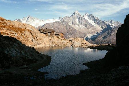 Photo pour Vue pittoresque sur l'eau claire et les montagnes reflétant sur le lac Blanc en France Alpes. Monte Bianco chaîne de montagnes sur fond. Photographie de paysage, Chamonix . - image libre de droit