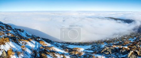 Photo pour De la pelouse couverte de pierres s'ouvre un paysage de brouillard et mystérieux Brocken Spectre le jour de l'hiver . - image libre de droit