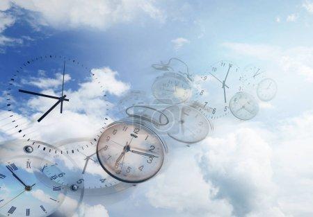 Photo pour Horloges dans le ciel bleu. Le temps passe vite - image libre de droit