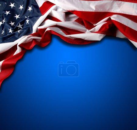 Photo pour Drapeau américain sur fond bleu - image libre de droit