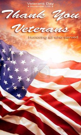 Photo pour Le drapeau américain dans le ciel. Journée des anciens combattants - image libre de droit