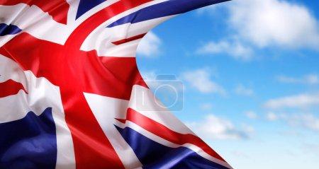 Photo pour Drapeau de l'Union Jack devant ciel - image libre de droit