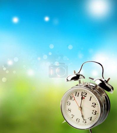 Photo pour Horloge et fond bleu-vert flou. Printemps - image libre de droit