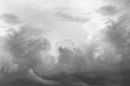 Photo pour Nuages gris orage dans le ciel - image libre de droit