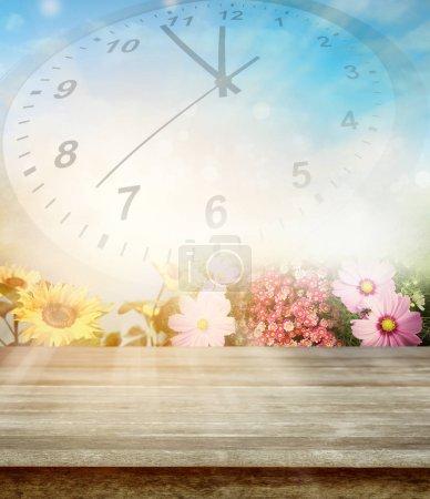 Photo pour Table vide, fleurs, cadran d'horloge - image libre de droit