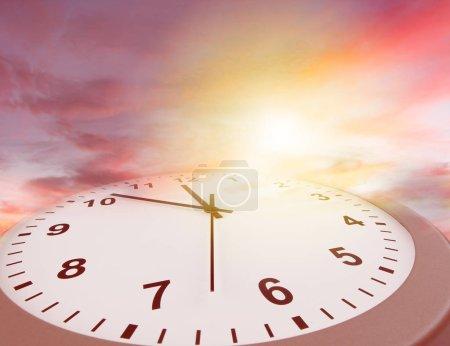 Photo pour Horloge visage dans un ciel lumineux. Le temps passe - image libre de droit