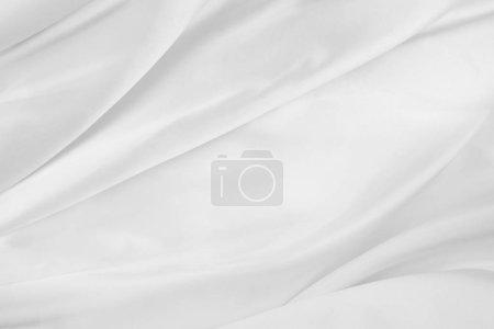 Photo pour Gros plan de lignes ondulées de tissu de soie blanche - image libre de droit