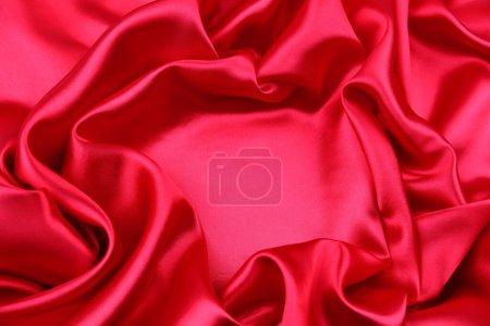 Photo pour Gros plan de tissu de soie rouge ondulé - image libre de droit