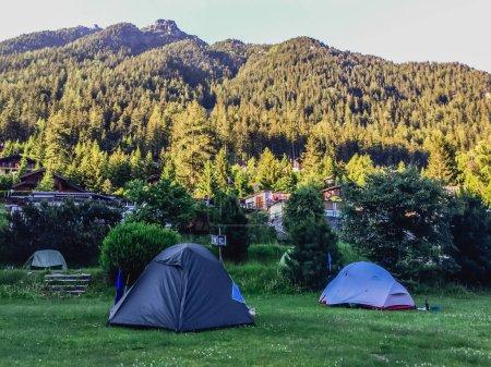 Photo pour Camping dans Beau paysage de montagne - image libre de droit