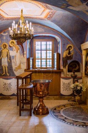 """Photo pour La source du baptême des enfants dans l """"Église orthodoxe . - image libre de droit"""
