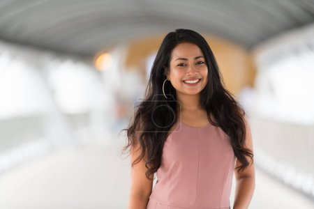 Photo pour Portrait de la belle jeune femme souriante à l'extérieur - image libre de droit