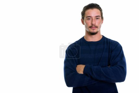 Foto de Disparo de estudio de hombre guapo joven con los brazos cruzados aislados contra fondo blanco - Imagen libre de derechos
