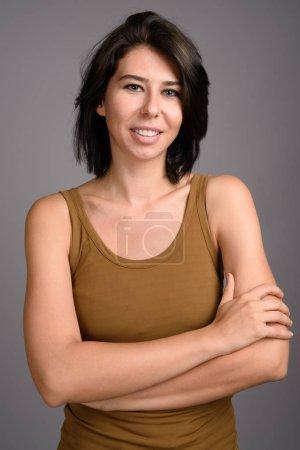 Foto de Estudio de la joven hermosa mujer sobre fondo gris - Imagen libre de derechos