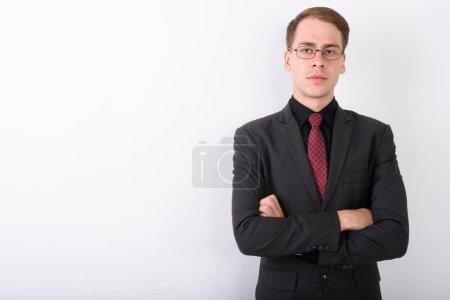 Foto de Disparo de estudio del joven empresario guapo con traje contra fondo blanco - Imagen libre de derechos