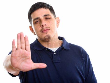 Photo pour Prise de vue Studio du jeune homme hispanique avec le geste de la main arrêt isolé sur fond blanc - image libre de droit