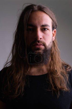 Photo pour Studio plan de jeune homme barbu beau avec les cheveux longs sur fond blanc - image libre de droit