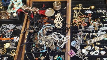 Photo pour Vieux bijoux dans le cas à vendre à bazar - image libre de droit