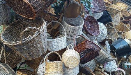 Photo pour Panier en osier en bois à vendre au marché artisanal à Athènes - image libre de droit