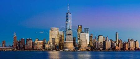 Photo pour Panorama de skyline de Manhattan pendant la nuit, New York City - image libre de droit